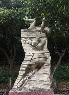 托举小孩女战士雕像