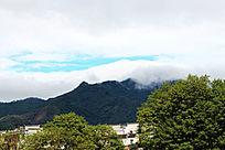 云雾缭绕的山峦