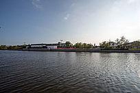 河边的特色城市建筑