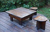 林间木质桌椅