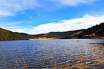 清澈的高原湖泊风光