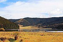 群山下的湖泊