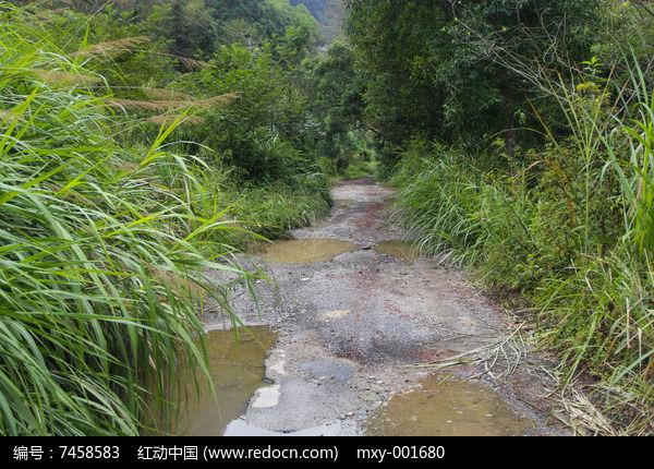 山区坑洼石子路图片