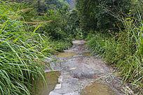 山区坑洼石子路