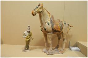 唐代三彩人物牵马俑