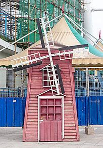 公园红色风车
