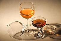 盛液体的酒杯