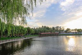 夕阳下园林湖泊与廊桥