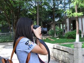 拍照的女孩
