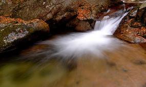 光霧山十八月潭的瀑布激流