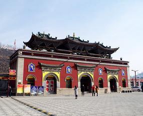 红色藏式建筑