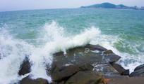 拍打岩石的海浪
