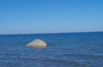 石头标志与湖泊