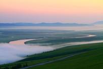 草原之河晨雾