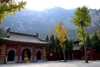 大山下的古庙摄影图片