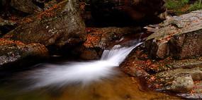 光霧山十八月潭秋天的瀑布