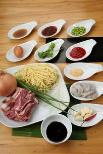 马来风味烤猪肋骨蜜汁炒油面食材