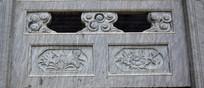 石头围栏上的雕刻