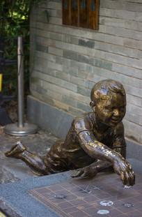 下棋小男孩铜像