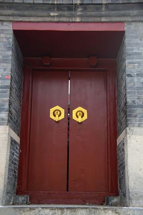 朱红色两门当大门