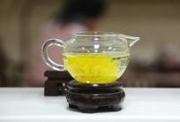 玻璃杯中的菊花茶