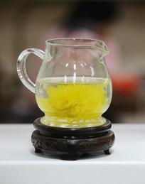 玻璃茶壶中的黄菊花茶