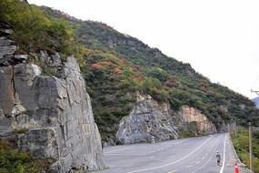 山腰间的公路摄影图
