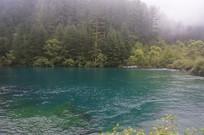 大山下碧蓝湖水