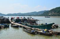 高山大海渔船风光图片