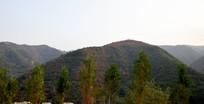 起伏山峦自然景观