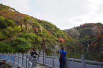 山脉和水库自然景观
