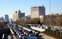 北京服装学院与拥堵的车辆