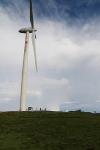 草地上的大风车