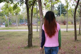 公园美女背影
