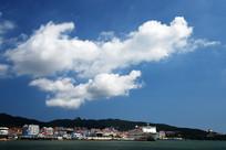 蓝天白云下的旅游港