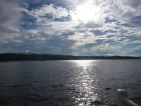 蓝天白云与高山湖泊风景图片