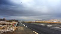 东北残雪公路云彩远山