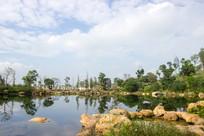 蓝天下的景观湖