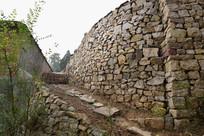 农村石头墙和小路摄影图