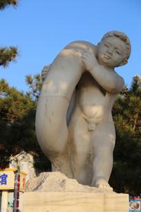 石雕抗救生圈下海游泳的小男孩