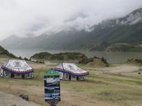 雪山湖边的蒙古包