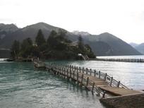 高山湖泊木桥风景图片