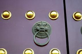 古代大门上的狮面门环