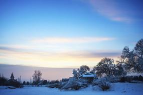 霞光白雪树木农舍