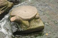 河边的乌龟雕塑图片