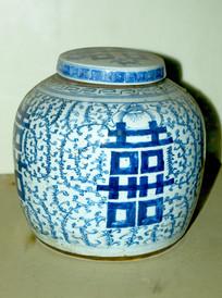 双喜字装饰的瓷罐