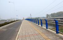 桥面上的人行道和护栏