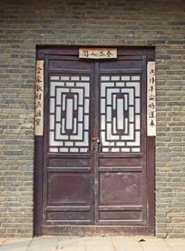 青砖木门老房子建筑图片