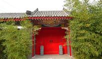 气派的红大门老建筑