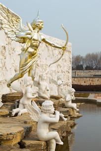 池边的爱神雕塑